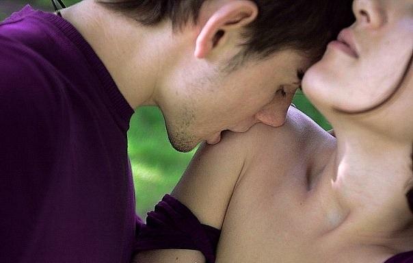 Девушка целует парня в плечо картинка